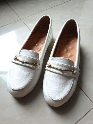 🚚 White slip on shoes