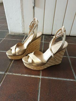 🚚 Aldo gold high wedges size 36