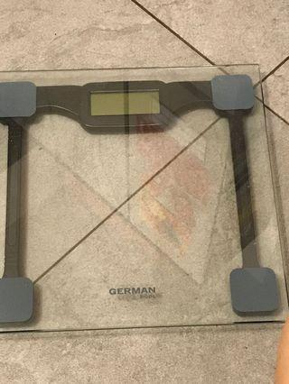 GERMAN POOL 灰色玻璃電子磅30cm濶,高(按後面LB,按兩下KG)用CR2032圓電芯