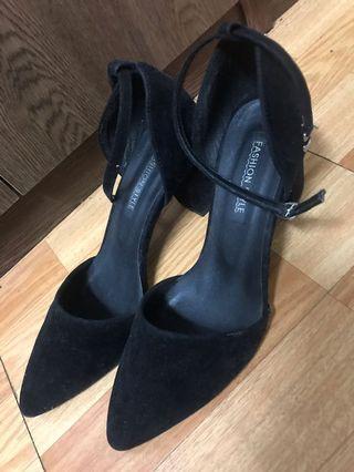 台灣製 黑色 絨毛基本款一字扣包頭尖頭 高跟鞋 24號