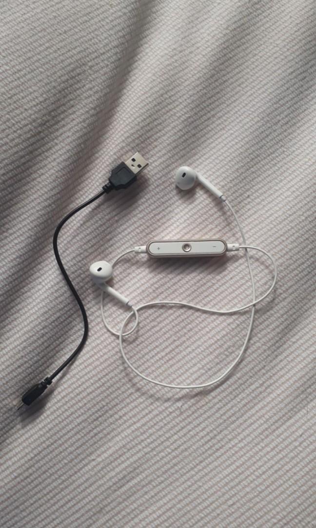 BLUETOOTH earphones !