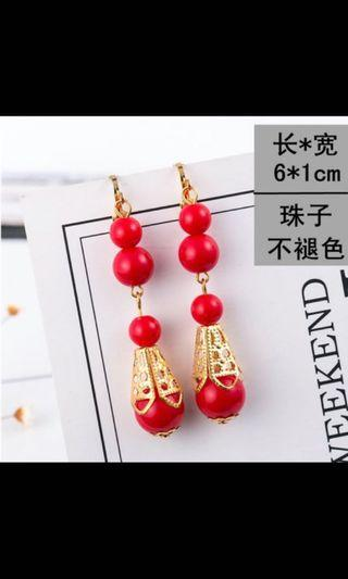 🚚 Red dangling earrings