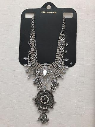🚚 Beautiful crystal mid Long necklace!