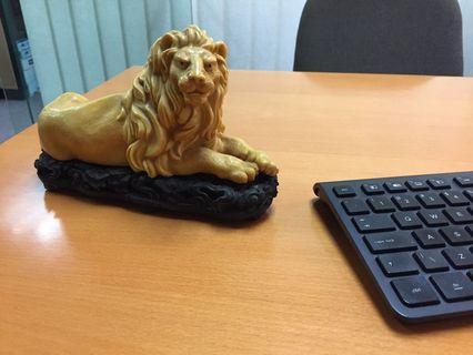 🚚 Lion figurine