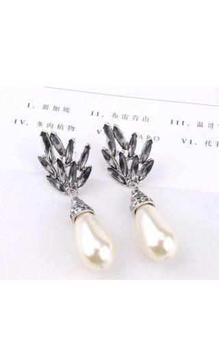 Elegant pearl dangle earrings
