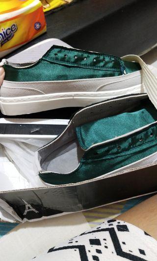 Sepatu satin