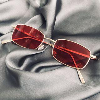 🚚 Retro red and gold sunnies