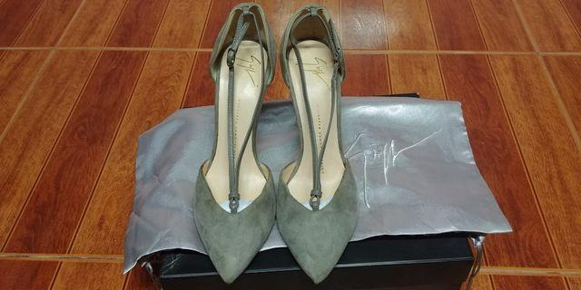Guiseppe zanotti v strap pointed toe suede pump