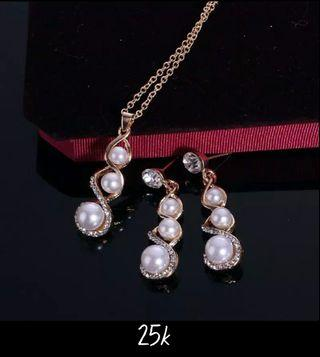 Set Kalung dan Anting Mutiara
