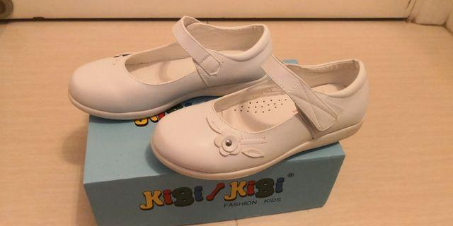 女小學生返學白皮鞋
