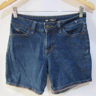 (27) Lee Modern Series Curvy Fit super stretchy Denim shorts, super nice in actual, almost looks new