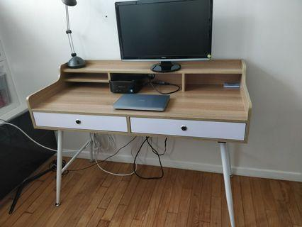 🚚 Desk in excellent condition - as new