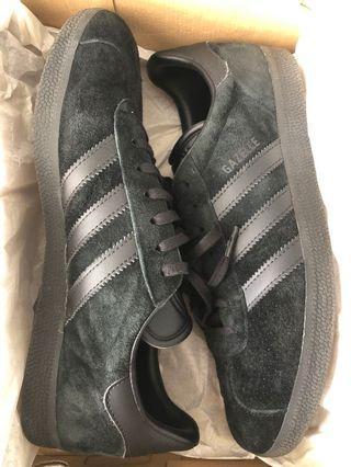 🚚 Adidas gazelle triple black