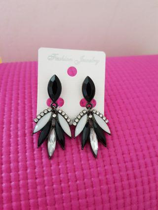 🚚 Statement black and white with crystals