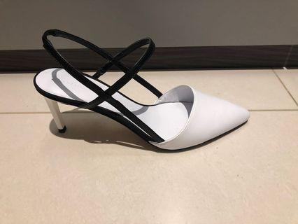 🚚 Black and white heels