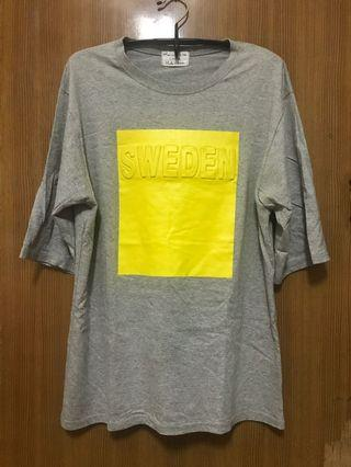 SWEDEN 淺灰黃色浮字七分袖短T