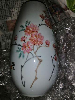 名家小花瓶。7吋高。