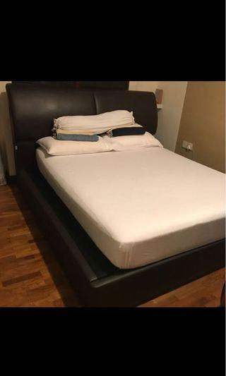 🚚 King Size Bed Frame (price reduced for fast deal)
