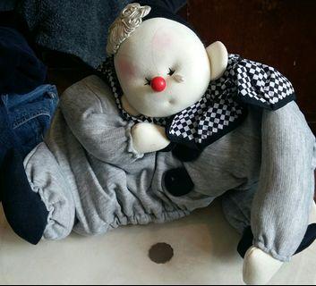 全新日本小丑帽 闊30 cm 高32 cm 有意者請電9831 3833或可到九龍灣麗晶花園商場7 11或彩虹地鐵或經順豐快遞 郵費到付方式交收😀