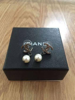 💯 authentic Chanel pearl Earrings