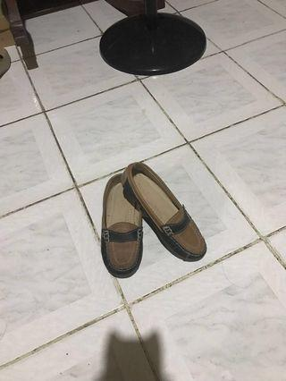 Brown and black closed shoes