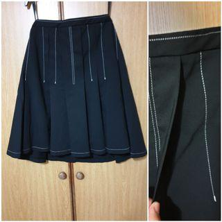 🚚 Skirt with big pleat style. Never used. Black