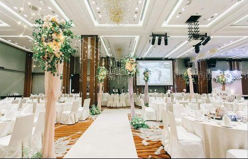 🚚 Customised fairylights walk-in aisle with foliages and florals.
