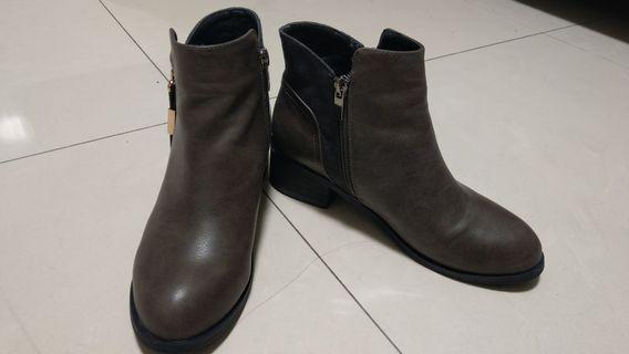 🚚 設計款軟皮拼接短靴