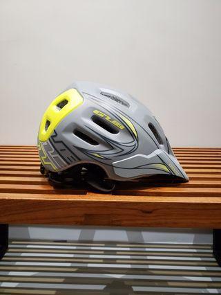 99 成新登山車頭盔 Asian fit,類似 Bell,送燈!