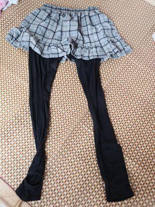 淺灰色格仔圖案小裙子連黑色踩踭leggings