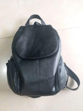 黑色皮背包 leather backpack