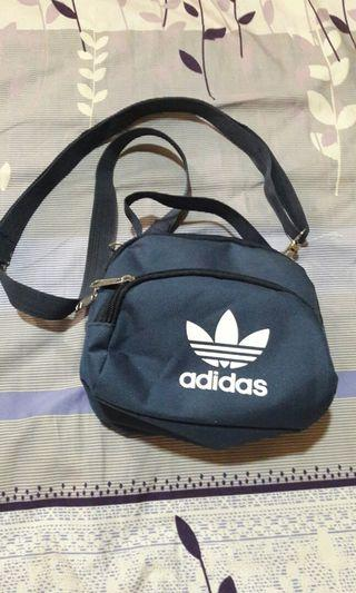 Adidas運動小包 全新 長寬:18x14CM 不是正便宜賣