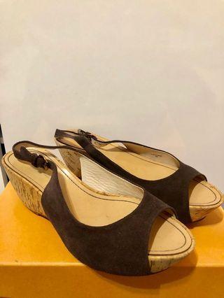 咖啡色 麂皮材質 楔型鞋