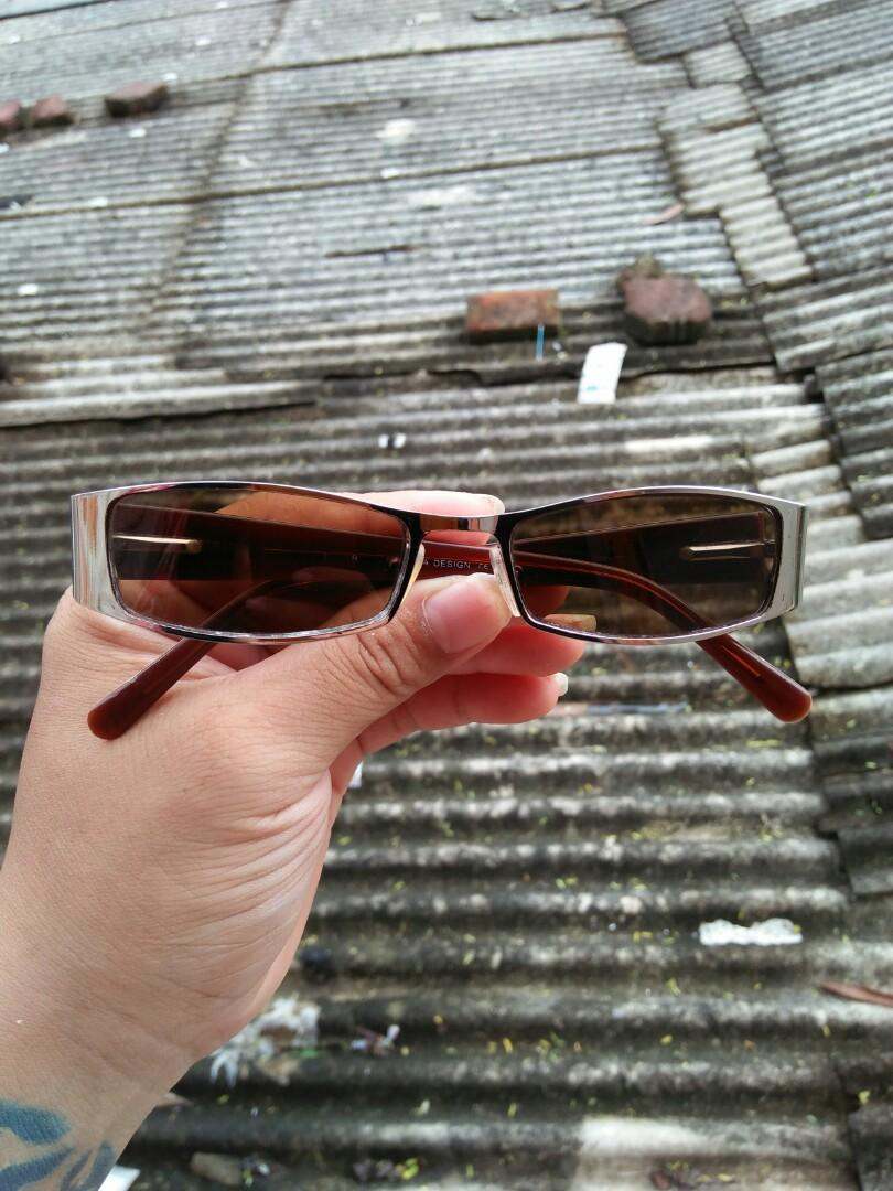 Vintage sunglasses 80s Brand: Converse Classic Vintage authentic Rare/limited edition Frame Tortoise kombinasi Titanium Terdapat besi tanam Stainless steel/anti karat Logo brand full ukiran tribal dan logo converse Full tag logo brand Kondisi  96% mulus