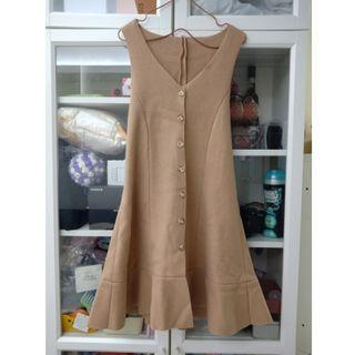 全新-日本購入-奶茶色系挺版毛呢針織料排釦綁帶設計下擺立體魚尾無袖洋裝