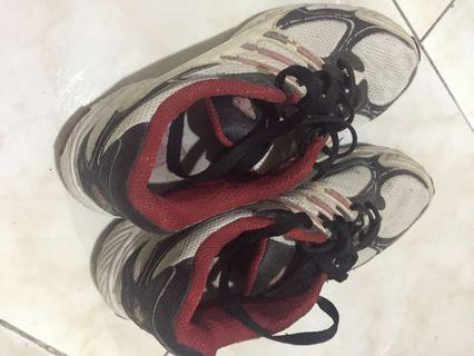 Sepatu olahraga adidas ori