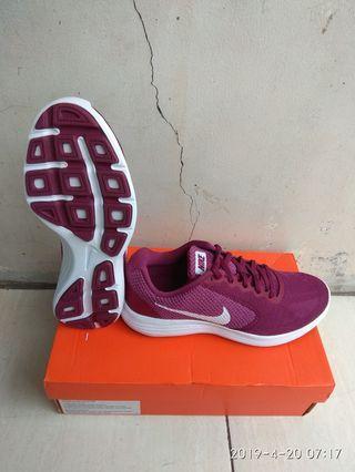 Sepatu Nike Revolution 3