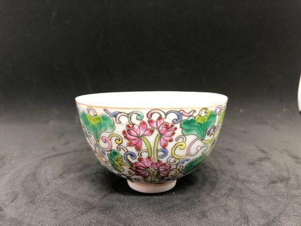 🚚 粉彩纏枝蓮紋碗