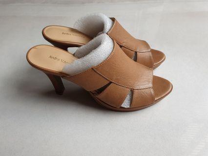 🚚 Leather heels