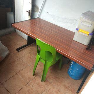 Meja belajar untuk si anak