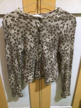 Cardigan motif leopard crop