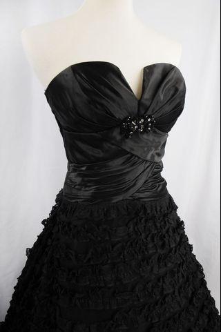 萊克二手禮服  黑色緞面胸線開叉上身搭配層次澎裙晚禮服