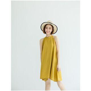 全新轉賣-QUEEN SHOP-最美肩頸線條-削肩傘襬剪裁設計垂墜感造型棉麻無袖洋裝
