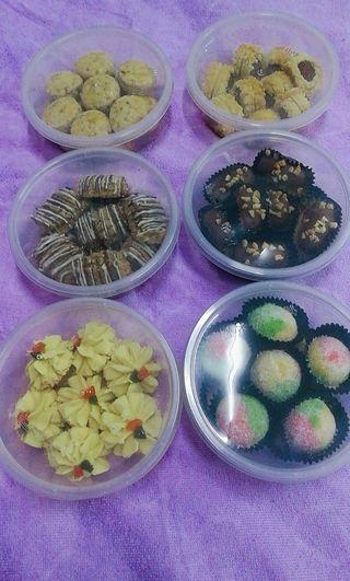 Kuih Raya beraneka..kuih kristal ball,almond,nestum,tat nenas,mazola kacang tanah,mazola kacang hijau,kurma..