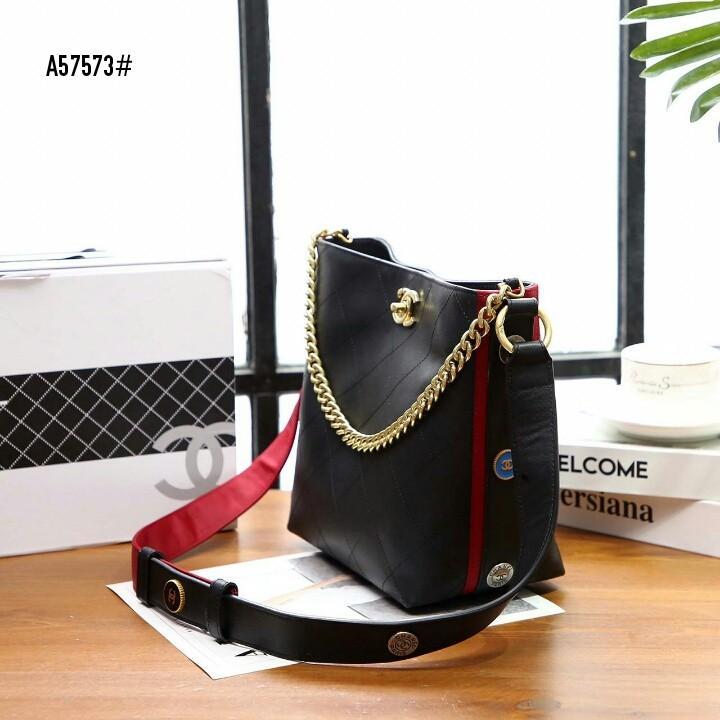 Chanel Hobo Handbag A57573#  H 1.1jt  Bahan kulit sapi Dalaman kain satin Kwalitas High Premium AAA Tas uk 20x12x22cm Berat dengan box 1,5kg  Warna : -Black/Black -Black/Red Include Box Chanel