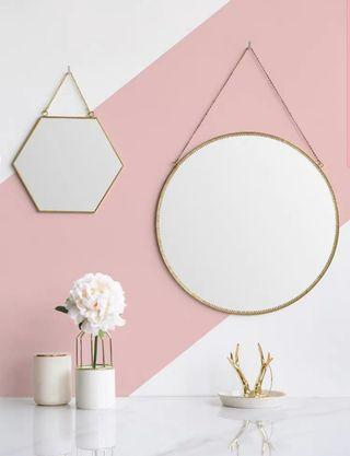 Round wall mirror in gold