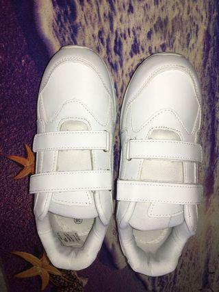 學生白色波鞋