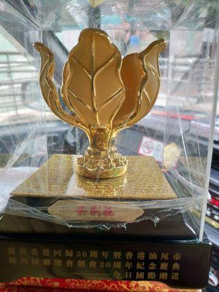 慶祝回歸20週年,24K包金紫荆花擺件連座和盒一套。