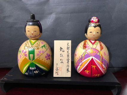 A pair of decorative wooden Japanese dolls (一对木制日本娃娃摆件)