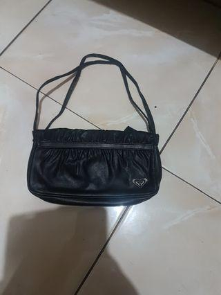 Tas hitam Roxy